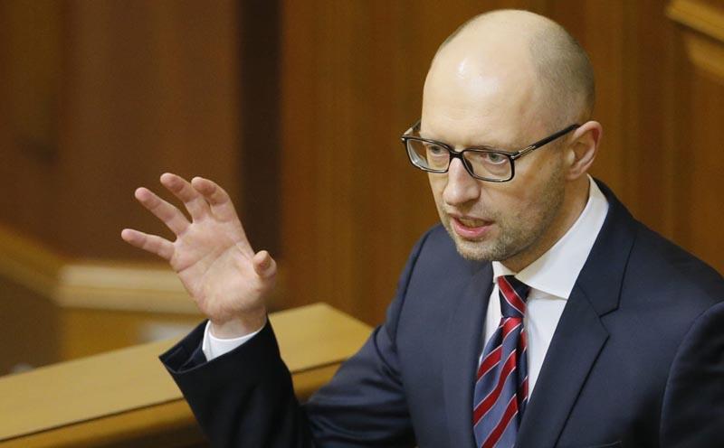"""KIV01 KIEV (UCRANIA) 16/02/2016.- El primer ministro ucraniano, Arseniy Yatsenyuk, se dirige a los legisladores durante su informe anual en el Parlamento en Kiev (Ucrania) hoy, 16 de febrero de 2016. El presidente de Ucrania, Petró Poroshenko, pidió hoy el cambio del Gobierno al afirmar que ya es tarde para una """"remodelación parcial del gabinete de ministros"""" y constatar que """"la sociedad ha retirado la confianza"""" el Ejecutivo que encabeza Arseni Yatseniuk. EFE/Sergey Dolzhenko"""