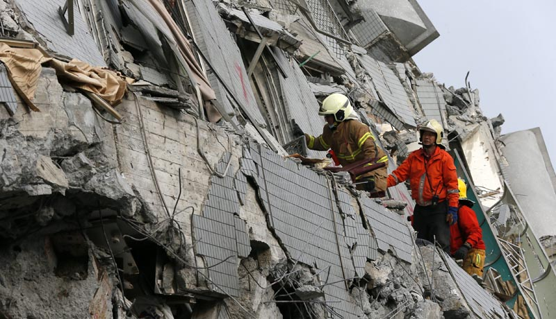 RIT32. Taipei (Taiwan), 05/02/2016.- Rescue workers search for survivors following a 6.4 magnitude earthquake that struck the area in Tainan City, south Taiwan, Taiwan, 06 February 2016. At least seven people including an infant were killed and hundreds injured when a 6.4-magnitude earthquake struck southern Taiwan early 06 February, authorities said. A 17-storey apartment building collapsed in Tainan City's Yungkang district. It was said to be home to about 250 people in 96 households, according to the Central Emergency Operation Center. (Terremoto/sismo) EFE/EPA/RITCHIE B. TONGO