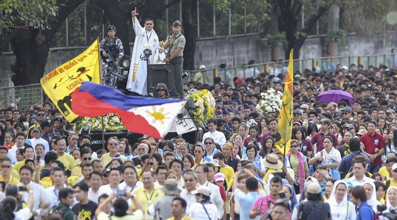 FRM16 QUEZON (FILIPINAS) 25/02/2016.- Un sacerdote se dirige a la multitud durante el desfile celebrado con motivo del trigésimo aniversario de la Revolución del Poder del Pueblo en Quezon al este de Manila (Filipinas) hoy, 25 de febrero de 2016. Filipinas recuerda así la caída de la dictadura de Ferdinand Marcos en 1986. EFE/Mark R. Cristino