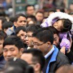 China: Colas de 100,000 personas para tomar tren en Año Nuevo