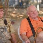 EEUU: Anciano consigue cómo pasear a perros abandonados