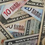 El dólar cae frente al euro y cierra mixto ante destacadas divisas internacionales