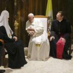 Papa Francisco y patriarca de iglesia rusa hablan en aeropuerto (VIDEO)