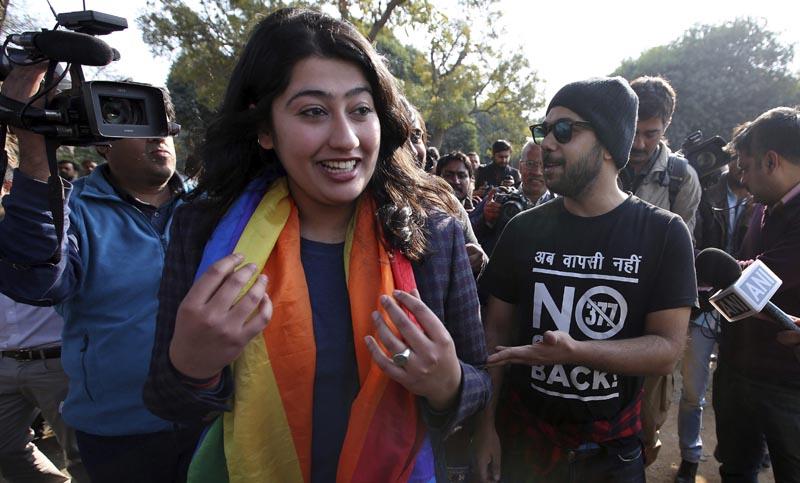 DEL02 NUEVA DELHI (INDIA) 02/02/2016.- Activistas de la comunidad de lesbianas, gays, bisexuales y transexuales (LGBT) reaccionan tras una vista en el Supremo sobre una ley que criminaliza a los gays en Nueva Delhi (India) hoy, 2 de febrero de 2016. En 2013, el Supremo dijo que correspondía al legislativo cambiar la ley y no a la Justicia, contrariando una decisión previa de la misma instancia en2009 que declaraba que la ley violaba los derechos fundamentales. EFE/Rajat Gupta