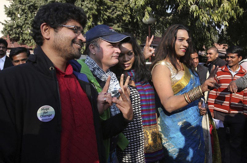 DEL05 NUEVA DELHI (INDIA) 02/02/2016.- Activistas de la comunidad de lesbianas, gays, bisexuales y transexuales (LGBT) reaccionan tras una vista en el Supremo sobre una ley que criminaliza a los gays en Nueva Delhi (India) hoy, 2 de febrero de 2016. En 2013, el Supremo dijo que correspondía al legislativo cambiar la ley y no a la Justicia, contrariando una decisión previa de la misma instancia en2009 que declaraba que la ley violaba los derechos fundamentales. EFE/Rajat Gupta
