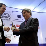Uruguayo Godín recibe el I Premio al Liderazgo Deportivo EFE