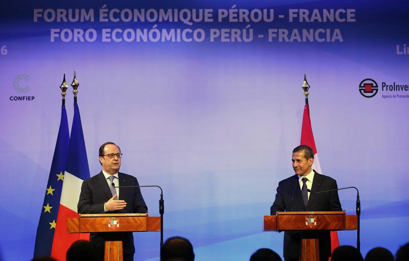 LIM02. LIMA (PERÚ), 23/02/2016.- El presidente de Francia, François Hollande (i), y su homólogo peruano, Ollanta Humala (d), participan en la clausura del Foro Económico Perú-Francia hoy, martes 23 de febrero de 2016, en el Centro de Convenciones 27 de Enero, en Lima (Perú). Hollande comenzó hoy una gira que también lo llevará a Argentina y a Uruguay. EFE/Ernesto Arias