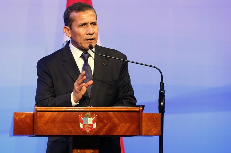 LIM08. LIMA (PERÚ), 23/02/2016.- El presidente peruano, Ollanta Humala, y su homólogo de Francia, François Hollande (fuera de cuadro), participan en la clausura del Foro Económico Perú-Francia hoy, martes 23 de febrero de 2016, en el Centro de Convenciones 27 de Enero, en Lima (Perú). Hollande comenzó hoy una gira que también lo llevará a Argentina y a Uruguay. EFE/Ernesto Arias