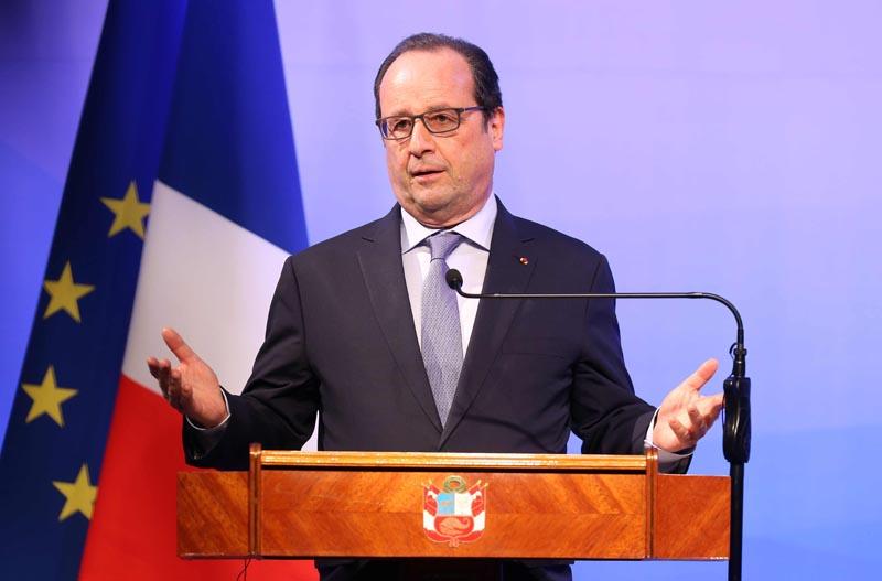 LIM02. LIMA (PERÚ), 23/02/2016.- El presidente de Francia, François Hollande, y su homólogo peruano, Ollanta Humala (fuera de cuadro), participan en la clausura del Foro Económico Perú-Francia hoy, martes 23 de febrero de 2016, en el Centro de Convenciones 27 de Enero, en Lima (Perú). Hollande comenzó hoy una gira que también lo llevará a Argentina y a Uruguay. EFE/Ernesto Arias