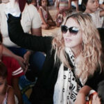 Madonna visita albergues infantiles de Filipinas