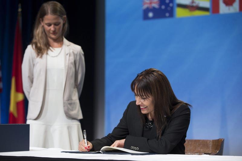 NZ02 AUCKLAND (NUEVA ZELANDA) 04/02/2016.- Fotografía distribuida por el Ministerio de Asuntos Exteriores de Nueva Zelanda que muestra a la ministra de Comercio Exterior y Turismo de Perú, Magali Silva, durante la ceremonia de firma del Acuerdo de Asociación Transpacífico (TPP, sigla en inglés) entre Estados Unidos y otros once países del Pacífico, en Auckland, Nueva Zelanda, hoy, 4 de febrero de 2016. La firma de este pacto desembocará en la creación de la mayor área de libre comercio del mundo cuando lo ratifiquen los parlamentos nacionales. Las naciones firmantes son Australia, Brunei, Canadá, Chile, Japón, Malasia, México, Nueva Zelanda, Perú, Singapur y Vietnam, además de Estados Unidos, países que representan el 40 por ciento del comercio mundial. EFE/Peter Meecham / Handout SOLO USO EDITORIAL, NO VENTAS