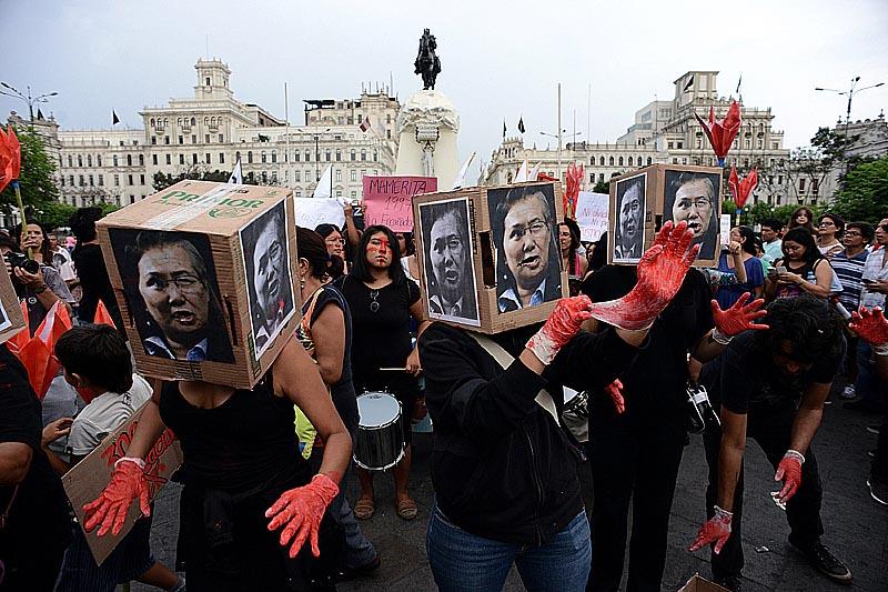 """LIM01. LIMA (PERU), 05/04/2015.- Activistas y jóvenes marchan hoy, domingo 5 de abril de 2015, en Lima (Perú). Alrededor de 500 jóvenes y activistas de derechos humanos marcharon hoy por el centro de Lima para protestar contra el """"autogolpe"""" del expresidente peruano Alberto Fujimori del 5 de abril de 1992 en el que disolvió el Congreso e intervino el Poder Judicial. EFE/Raúl García"""
