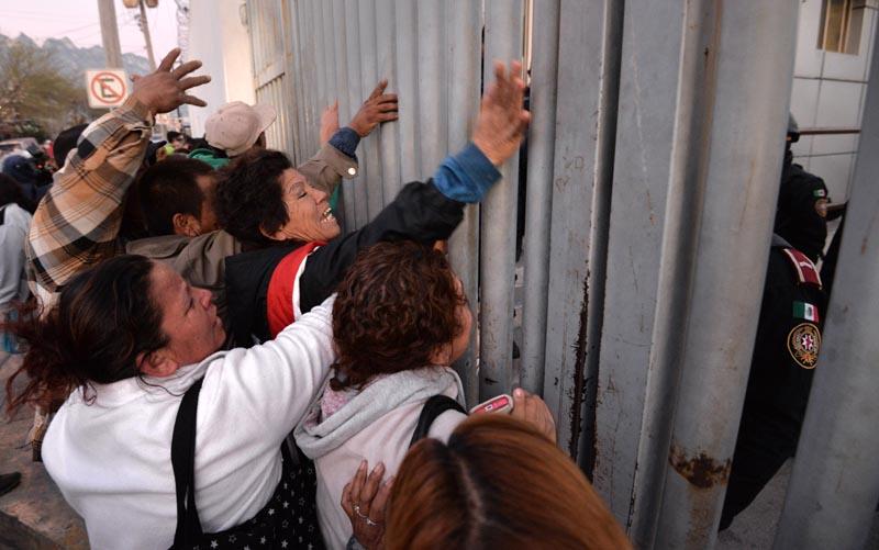 MEX01. MONTERREY (MÉXICO), 11/02/2016.- Familiares de los reos del penal de Topo Chico de Monterrey, en el estado de Nuevo León (México), reclaman información tras el motín registrado la madrugada de hoy, jueves 11 de febrero de 2016, donde la cifra de muertos asciende a cerca de sesenta, informaron hoy a Efe dos trabajadores de la cárcel desde el interior del presidio. Las autoridades locales convocaron una rueda de prensa a las 08.00 (14.00 GMT) pero al parecer el motivo del incidente fue un intento de fuga organizado por los presos que pertenecen al grupo criminal Los Zetas después de que se les quitará el control interno que mantenía en el recinto penitenciario. EFE/Miguel Sierra