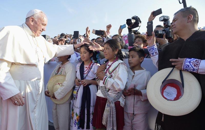 MO01 MORELIA (MÉXICO) 17/02/2016.- Fotografía facilitada por 'Osservatore Romano que muestra al papa Francisco (izda) que saluda a unos niños antes de oficiar una misa en el estadio Venustiano Carranza en Morelia, México, ayer, 16 de febrero de 2016. EFE/Osservatore Romano/Handout SÓLO USO EDITORIAL/PROHIBIDA SU VENTA