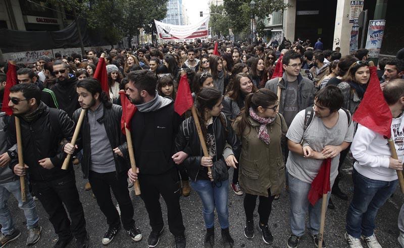 SIM22 ATENAS (GRECIA) 04/02/2016.- Cientos de personas participan en una manifestación en Atenas (Grecia) hoy, 4 de febrero de 2016. Grecia vivió hoy la primera huelga general del año en contra de la reforma de las pensiones que dejó una imagen totalmente diferente a la de convocatorias anteriores, pues el pequeño comercio, los taxistas y el transporte paralizaron la actividad en la mayoría de ciudades del país. EFE/Simela Pantzartzi