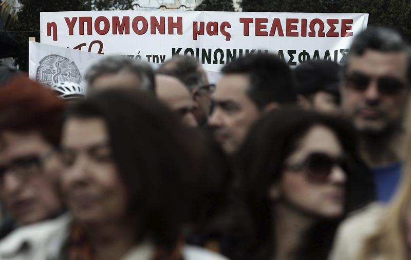 """SIM21 ATENAS (GRECIA) 04/02/2016.- Un grupo de manifestantes sostiene un cartel en el que se lee """"Nuestra paciencia se ha acabado"""" (""""Our patience has expired"""") durante una protesta en Atenas (Grecia) hoy, 4 de febrero de 2016. Grecia vivió hoy la primera huelga general del año en contra de la reforma de las pensiones que dejó una imagen totalmente diferente a la de convocatorias anteriores, pues el pequeño comercio, los taxistas y el transporte paralizaron la actividad en la mayoría de ciudades del país. EFE/Simela Pantzartzi"""