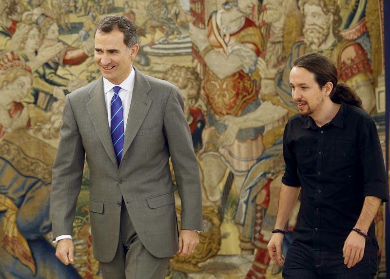 GRA289. MADRID, 01/02/2016.- El Rey junto al secretario general de Podemos, Pablo Iglesias (d), durante la audiencia ofrecida en el marco de la segunda ronda de consultas para la designación de candidato a la Presidencia del Gobierno, esta tarde en el Palacio de la Zarzuela, en Madrid. EFE/ Paco Campos ***POOL***
