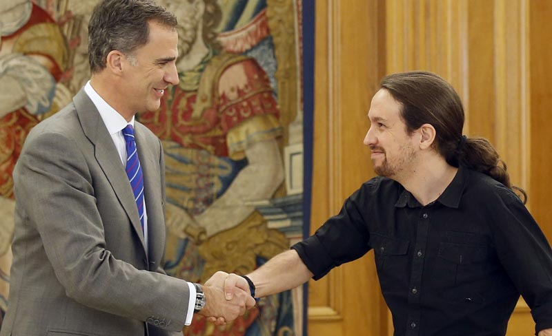GRA276. MADRID, 01/02/2016.- El Rey saluda al secretario general de Podemos, Pablo Iglesias (d), durante la audiencia ofrecida en el marco de la segunda ronda de consultas para la designación de candidato a la Presidencia del Gobierno, esta tarde en el Palacio de la Zarzuela, en Madrid. EFE/ Paco Campos ***POOL***