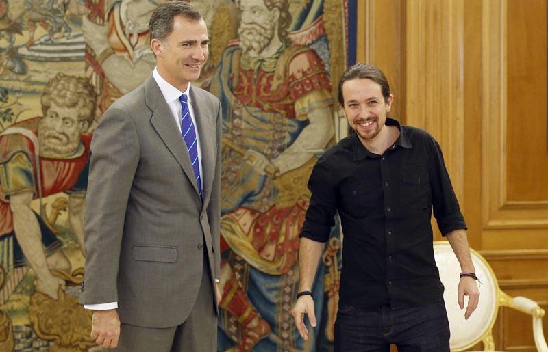 GRA272. MADRID, 01/02/2016.- El Rey junto al secretario general de Podemos, Pablo Iglesias (d), durante la audiencia ofrecida en el marco de la segunda ronda de consultas para la designación de candidato a la Presidencia del Gobierno, esta tarde en el Palacio de la Zarzuela, en Madrid. EFE/ Paco Campos ***POOL***