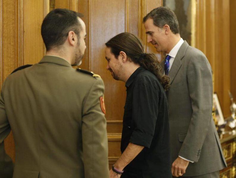 GRA294. MADRID, 01/02/2016.- El Rey junto al secretario general de Podemos, Pablo Iglesias (c), durante la audiencia ofrecida en el marco de la segunda ronda de consultas para la designación de candidato a la Presidencia del Gobierno, esta tarde en el Palacio de la Zarzuela, en Madrid. EFE/ Paco Campos ***POOL***