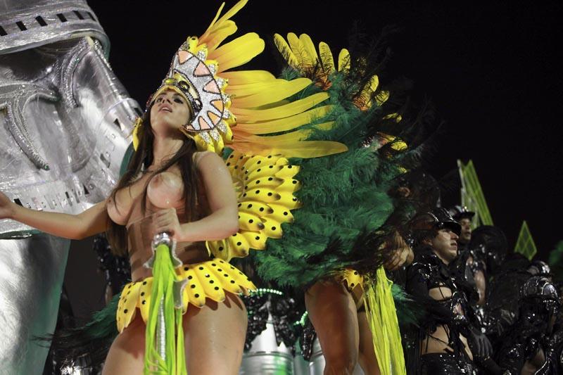 """GRA070. RIO DE JANEIRO, 08/02/2016.- La escuela de samba Mocidade Independente de Padre Miguel durante el primer día de los desfiles de las escuelas de samba del Grupo Especial, en la pasarela de samba celebrada hoy, lunes 8 de febrero de 2016, en el sambódromo de Río de Janeiro. La madrugada de este lunes estuvo marcada por la presencia del ingenioso caballero Don Quijote que fue homenajeado por la 'escola de samba' Mocidade, que encontró en su triste figura la inspiración para un desfile """"loco y apasionado"""", como rezaba la letra de su samba que los miles de participantes cantaban al unísono. EFE/Luiz Eduardo Pérez"""