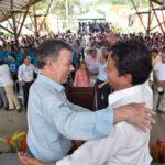 Presidente abraza a hermano del fallecido jefe máximo de las FARC