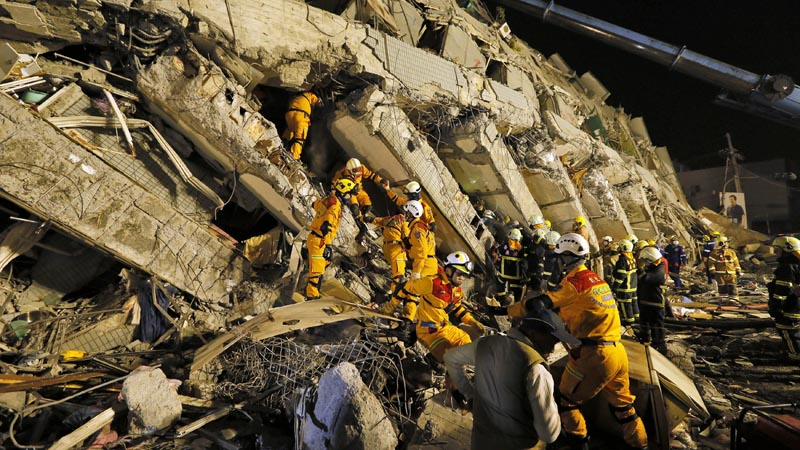 RIT04. Tainan (Taiwan), 05/02/2016.- Rescuers continue to search for survivors from a collapsed building following a 6.4 magnitude earthquake struck the area in Tainan City, south Taiwan, Taiwan, 06 February 2016. At least eight people, including an infant, were killed and hundreds injured when a 6.4-magnitude earthquake struck southern Taiwan early 06 February 2016, authorities said. A 17-storey apartment building collapsed in Tainan City's Yungkang district. It was said to be home to about 250 people in 96 households, according to the Central Emergency Operation Center. (Terremoto/sismo) EFE/EPA/RITCHIE B. TONGO