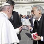 Tenor Plácido Domingo saludó al Papa y cantó en la Plaza de San Pedro