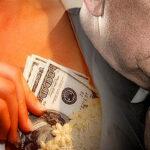 Cura denuncia a prostituta de extorsionarlo por 400 mil euros