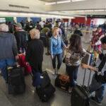 EEUU: Trabajadores de 9 aeropuertos inician huelga de 24 horas