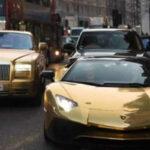 Reino Unido: Multimillonario saudí pasea con flota de autos bañados en oro