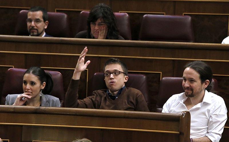 GRA298. MADRID, 02/03/2016.- El líder de Podemos, Pablo Iglesias (d), junto a los diputados de Podemos Iñigo Errejón (c) e Irene María Montero (i), en su escaño durante la segunda jornada del debate de investidura del secretario general del PSOE, Pedro Sánchez. EFE/Zipi