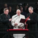 Vía Crucis: El Papa recuerda a los refugiados y clama contra terrorismo