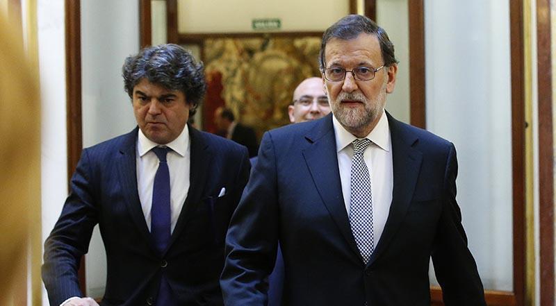 GRA362. MADRID, 02/03/2016.- El presidente del Gobierno en funciones, Mariano Rajoy (d), y su jefe de gabinete, Jorge Moragas (i), en los pasillos del Congreso de los Diputados, donde hoy se celebra la segunda jornada del debate de investidura del secretario general del PSOE, Pedro Sánchez. EFE/Zipi