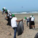 Adolescentes infractores a ley penal participan de limpieza de playas