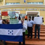 """Extrabajadores de """"desaparecido"""" diario hondureño exigen pagos"""