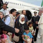 Papa regresa a Roma con 12 refugiados que mantendrá el Vaticano