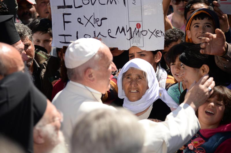 ITA18172. Lesbos (Greece), 16/04/2016.- Pope Francis greets migrants and refugees at the Moria refugee camp near the port of Mytilene on the island of Lesbos, Greece, 16 April 2016. Pope Francis visits the Greek island of Lesbos on 16 April, in a trip aimed at supporting refugees and drawing attention to the frontline of Europe's migration crisis. (Papa, Grecia) EFE/EPA/FILIPPO MONTEFORTE / POOL