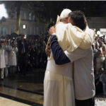 """El Papa da """"significativo abrazo"""" a exprostitutas y transexuales"""
