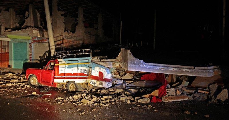 GRA070. PEDERNALES (ECUADOR), 17/04/2016.- Al menos 77 personas han muerto y 588 han resultado heridas como consecuencia del terremoto de 7,8 grados en la escala abierta de Richter que azotó el norte de la región costera de Ecuador el sábado, y que también causó múltiples daños materiales que aún se evalúan. En la foto daños en un edificio y una furgoneta en el balneario costero de Pedernales. EFE/Jose Jacome Rivera