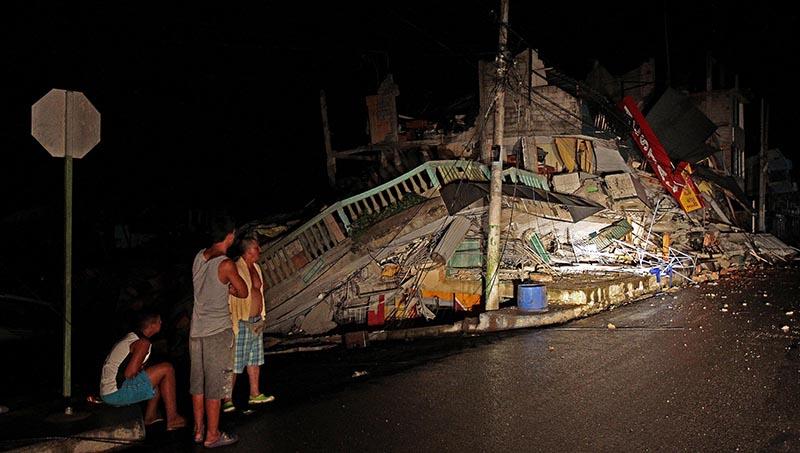 """GRA067. PEDERNALES (ECUADOR), 17/04/2016.- Al menos 77 personas han muerto y 588 han resultado heridas como consecuencia del terremoto de 7,8 grados en la escala abierta de Richter que azotó el norte de la región costera de Ecuador el sábado, y que también causó múltiples daños materiales que aún se evalúan. En la foto daños en un edificio en el balneario costero de Pedernales, donde la situación es particularmente """"compleja"""" y a los equipos de rescate y asistencia les está siendo difícil llegar. EFE/Jose Jacome Rivera"""