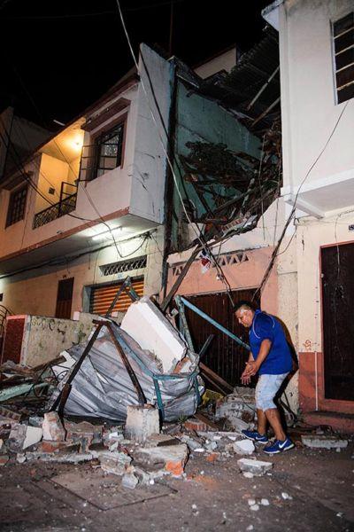 GRA003. GUAYAQUIL (ECUADOR), 17/04/2016.- Al menos 77 personas han muerto y 588 han resultado heridas como consecuencia del terremoto de 7,8 grados en la escala abierta de Richter que azotó el norte de la región costera de Ecuador el sábado, y que también causó múltiples daños materiales que aún se evalúan. En la foto derrumbe de una vivienda en la ciudad de Guayaquil. EFE/Freddy Constante