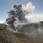 Costa Rica: Volcán emana gases, cenizas y material incandescente