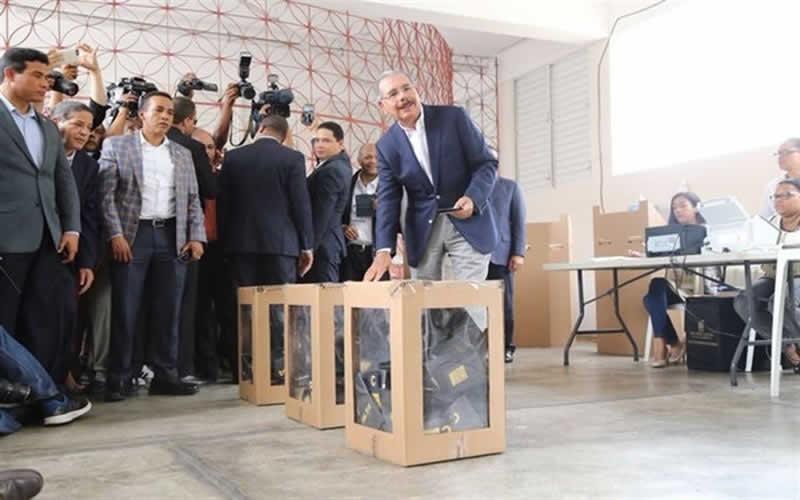 Danilo medina votando