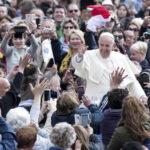 Papa Francisco escucha relatos y arremete contra la maldad humana