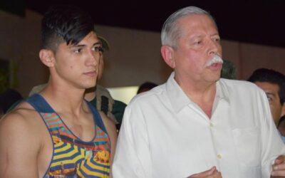 El delantero mexicano Alan Pulido (izquierda) comparece ante la prensa junto al gobernador del estado de Tamaulipas, en el norte del país, Egidio Torre Cantu, tras el rescate del futbolista, que pasó unas horas secuestrado, el 30 de mayo de 2016 en Ciudad Victoria, la capital del estado de Tamaulipas, en México. (AP Foto/Alfredo Pena)