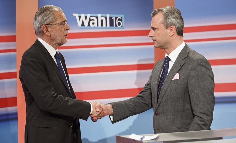 CHI05 VIENA (AUSTRIA) 23/05/2016.- Fotografía fechada el 22 de mayo de 2016 que muestra al ultraderechista Norbert Hofer (d) del Partido de la Libertad de Austria (FPO) y al centroizquierdista Alexander Van der Bellen (i) durante una entrevista para la televisión con motivo de las elecciones presidenciales austriacas en Viena, Austria. Alexander Van der Bellen ha ganado hoy, 23 de mayo de 2016, las elecciones presidenciales en Austria tras el recuento del voto por correo, según ha reconocido hoy su rival, el ultraderechista Norbert Hofer. EFE/Florian Wieser