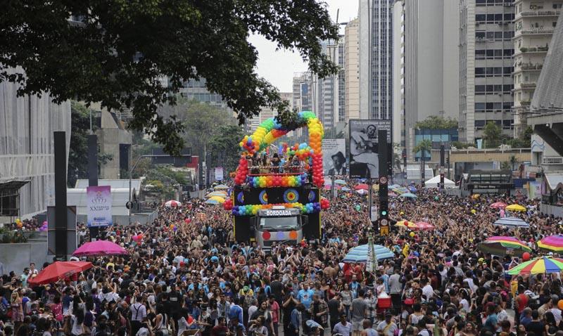 BRA63. SAO PAULO (BRASIL), 29/05/2016.- Miembros de la comunidad homosexual participan en la vigésima edición de Desfile del Orgullo Gay hoy, domingo 29 de mayo de 2016, en la céntrica Avenida Paulista de Sao Paulo (Brasil). EFE/Sebastião Moreira