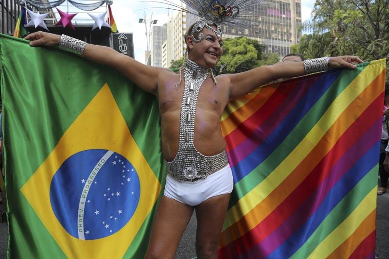 BRA51. SAO PAULO (BRASIL), 29/05/2016.- Un miembro de la comunidad homosexual participa en la vigésima edición de Desfile del Orgullo Gay hoy, domingo 29 de mayo de 2016, en la céntrica Avenida Paulista de Sao Paulo (Brasil). EFE/Sebastião Moreira