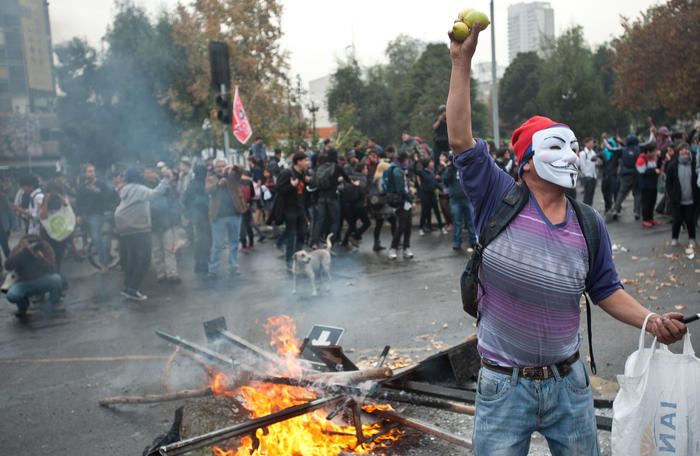 (150528) -- SANTIAGO, mayo 28, 2015 (Xinhua) -- Un vendedor de limones participa durante una marcha no autorizada convocada por la Asamblea Coordinadora de Estudiantes Secundarios (ACES), en Santiago, capital de Chile, el 28 de mayo de 2015. La marcha tiene como objetivo fundamental exigir una mejor educación y de calidad, el rechazo a la reforma educacional impulsada por el Gobierno, además de exigir terminar con la represión por parte de las Fuerzas Especiales de la Policía chilena que ejerce contra el movimiento estudiantil, la sociedad civil y la prensa, todo esto por los hechos de violencia por parte de la policía en las marchas estudiantiles, la fuerza desmedida hacía los manifestantes, especialmente por el hecho acontecido en la ciudad de Valparaíso el 21 de mayo, donde el estudiante de la Universidad Católica, Rodrigo Avilés, resultó gravemente herido, según sus organizadores. (Xinhua/Jorge Villegas) (jv) (jg) (ah)